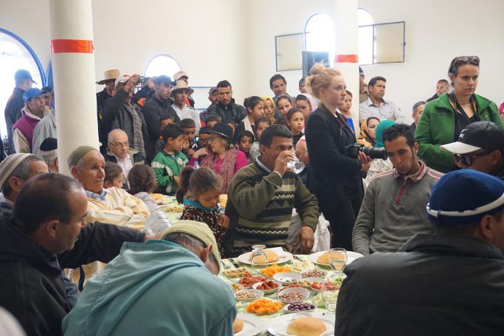 يجتمع مسلمون ويهود مغاربة معاً في أيام توزيع الأشجار، للحديث عن مبادرة مشاتل الفاكهة  برعاية مؤسسة الأطلس الكبير، ولشكر جميع الشركاء ، والتخطيط للمستقبل. (photo: High Atlas Foundation)