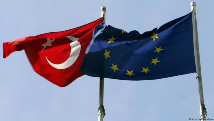 علم الاتحاد الأوروبي وعلم تركيا. Foto: picture-alliance/dpa