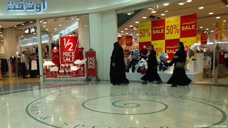 السعودية: عائلات كثيرة تقلص المصروفات بعد تخفيض الحكومة دعم الكهرباء والبنزين وزيادة الضريبة
