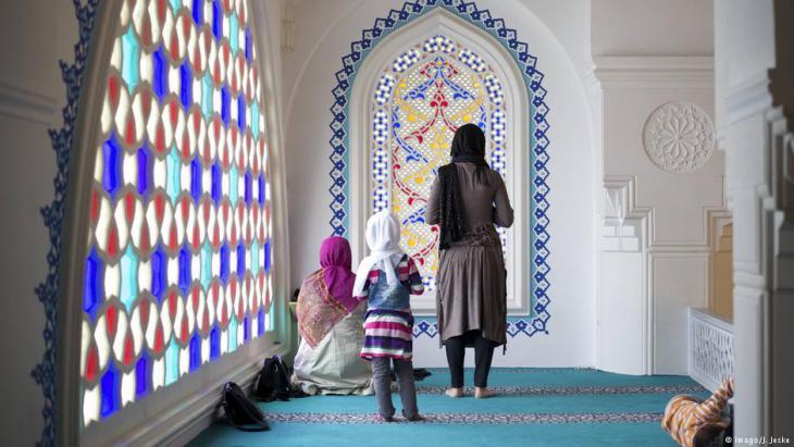أم مسلمة تصلي مع ابنتها في مسجد في برلين؟