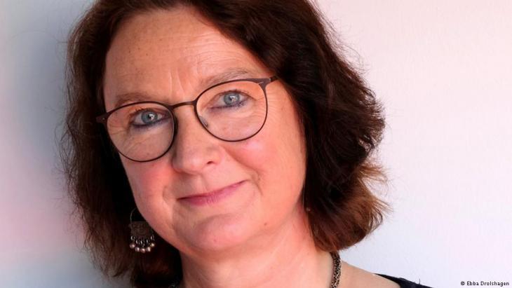 """نيل الألمانية لاريسا بندر (المترجمة من الألمانية إلى العربية) وسام الاستحقاق الألماني تحت شعار """"الثقافة تقيم جسورا"""" 2018."""