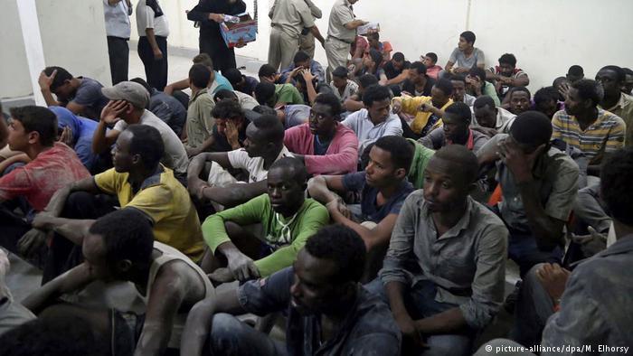 مهاجرون في أحد أقسام الشرطة في مصر.  Foto: picture-alliance/dpa