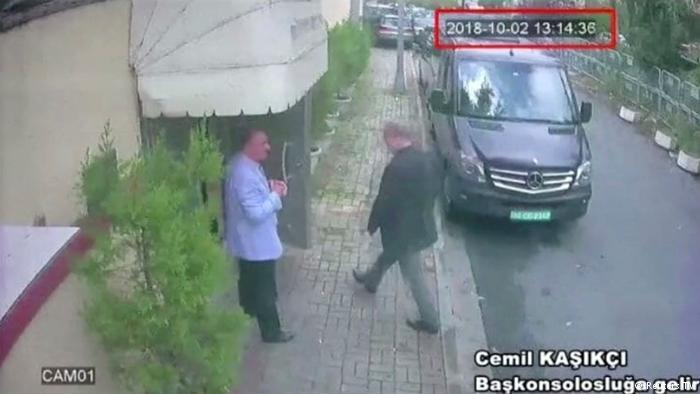 خاشقجي وهو يدخل القنصلية السعودية في اسطنبول