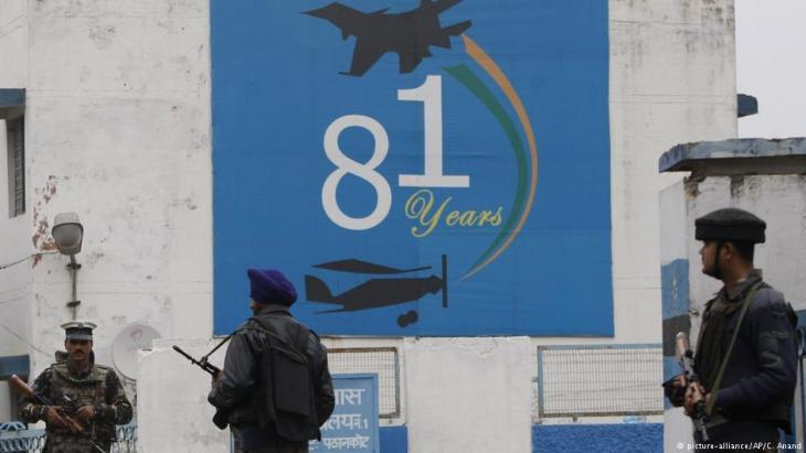 جنود هنود يقفون حراسة خارج قاعدة باثانكوت الجوية -التي هاجمها مسلحون زُعم أنهم من باكستان- بالقرب من الحدود الباكستانية، في 2 يناير / كانون الثاني 2016.  (photo: picture-alliance/AP/C. Anand)