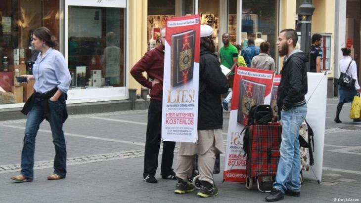 """مسلمون سلفيون يوزعون نُسَخاً من القرآن باللغة الألمانية في إطار حملة """"اِقرأ"""" بمركز مدينة بون.  (photo: DW/I. Azzam)"""