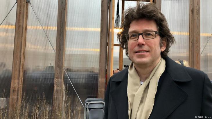 """فيلفريد كوهن المهندس المعماري المسؤول عن مشروع """"بيت واحد"""".  Foto: DW/Christoph Strack"""
