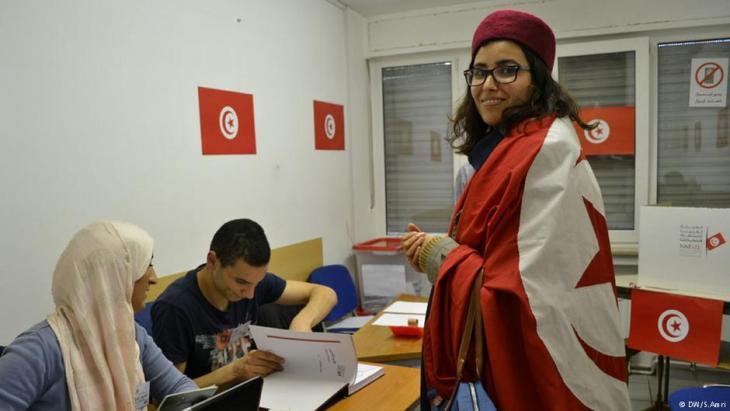 منتخِبة عند صندوق الاقتراع في تونس.