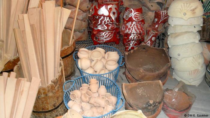 صناعات أمازيغية: أواني ومدافيء تعتمد على الطين وأخرى خشبية تستعمل كإناء لطهي وتقديم العصيدة