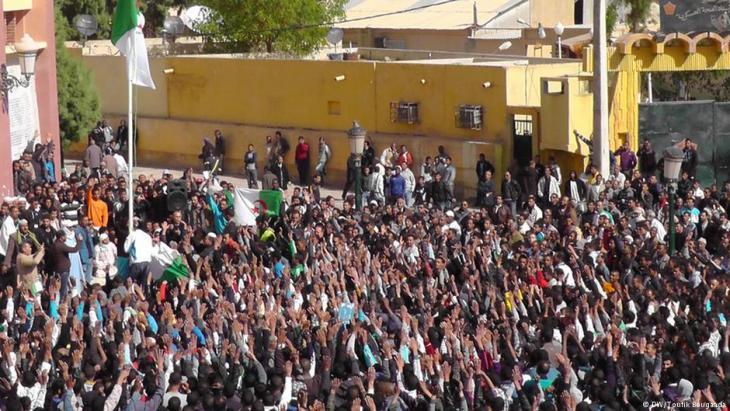 الصورة من الأرشيف - الجزائر - شباب جزائري يسعى إلى العمل في أوروبا والخليج هربا من أجور متدنية زهيدة يفرضها اقتصاد تهيمن عليه الدولة.