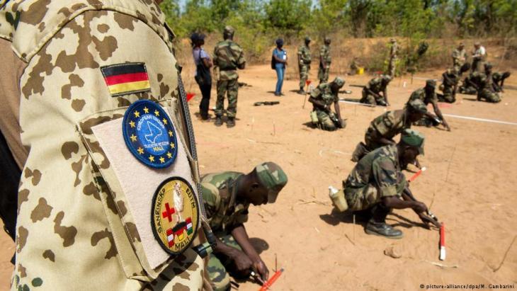 جنود الجيش الألماني - في كوليكورو مالي - وهم يدربون وحدات عسكرية من جيش مالي.  Foto: picture-alliance/dpa