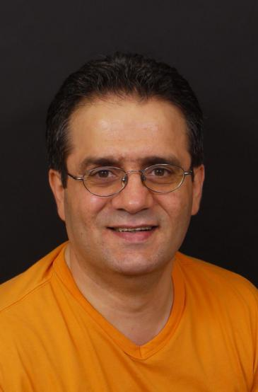 """حسام الدين درويش باحث سوري مقيم في ألمانيا، حائز على شهادة الدكتوراه من قسم الفلسفة بجامعة بوردو 3 في فرنسا، تخصص """"الهيرمينوطيقا ومناهج البحث في العلوم الإنسانية والاجتماعية."""