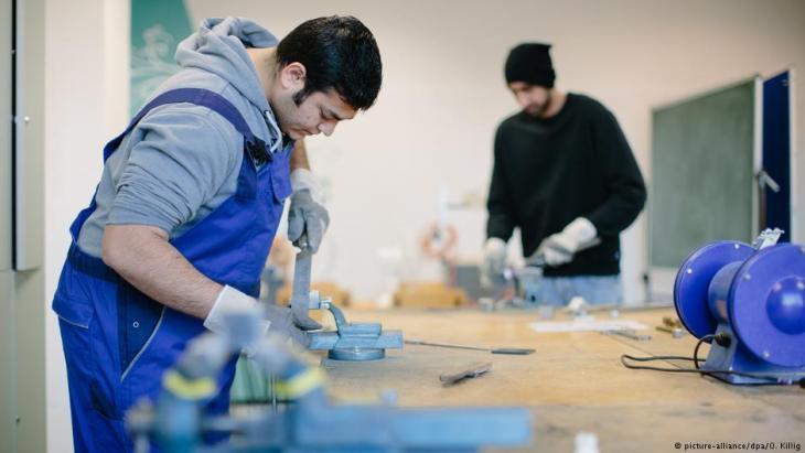 """تهدف """"بورصة عمل"""" في برلين إلى ربط الاتصال بين أرباب العمل وطالبي لجوء يبحثون عن فرص للعمل. لكن الكثيرين من المرشحين يتلقون في البداية عروضا تدريبية، لأن العقبات أمام دخول سوق العمل الألمانية ما تزال كبيرة جدا."""