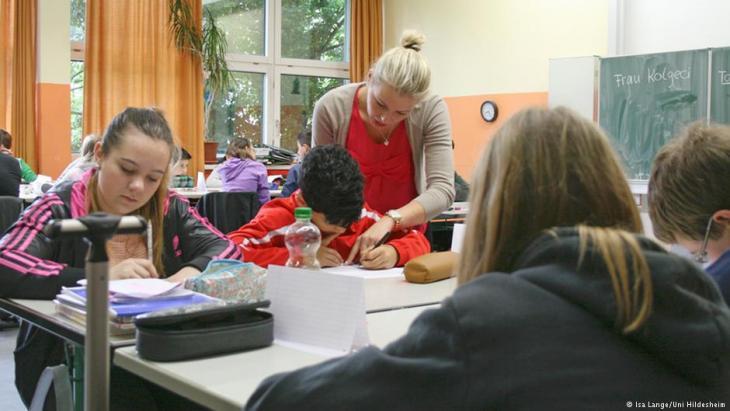 مدرسات من أصول أجنبية في حجرة الدرس