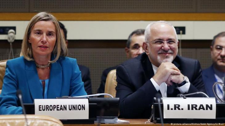 مفوضة الاتحاد الأوروبي للسياسة الخارجية والأمن، فدريكا موغريني (يسار)