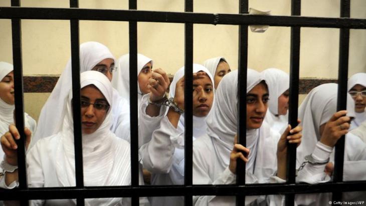 محاكمة فتيات ونساء عضوات في جماعة الإخوان المسلمين - في 27 نوفمبر / تشرين الثاني 2013.   (photo: Getty Images/AFP)