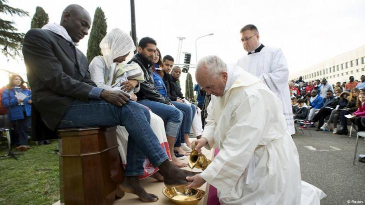 بابا الفاتيكان قام بتغسيل أقدام شريحة من اللاجئين الهندوس والمسيحيين والمسلمين وتقبيل أقدامهم.