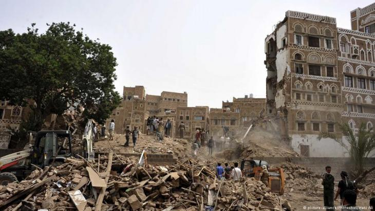 بحث عن ناجين إثر قصف جوي في صنعاء - اليمن 12 / 06 / 2015.  (photo:picture-alliance/Photoshot/Hani Ali)