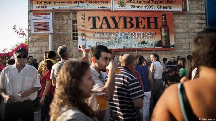 تحظى البيرة، سواء كانت خالية من الكحول أو مع كحول، على إقبال واسع في أوساط الشباب الفلسطيني.  Foto: Getty Images