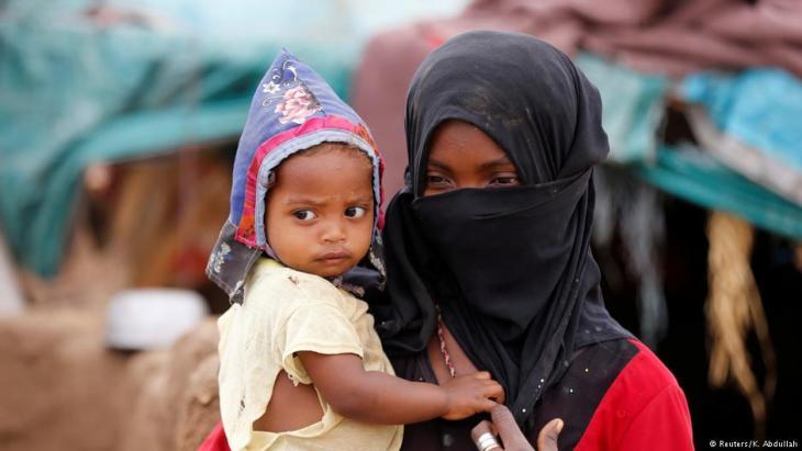 امرأة نازحة مع طفلها في اليمن.