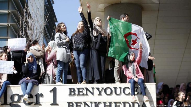 تظاهر آلاف الطلاب مجددا في وسط العاصمة الجزائر وفي عدة مدن أخرى الثلاثاء (الخامس من مارس / آذار 2019) احتجاجا على ترشح الرئيس عبد العزيز بوتفليقة لولاية خامسة، رافضين وعوده باجراء إصلاحات وانتخابات رئاسية مبكرة.