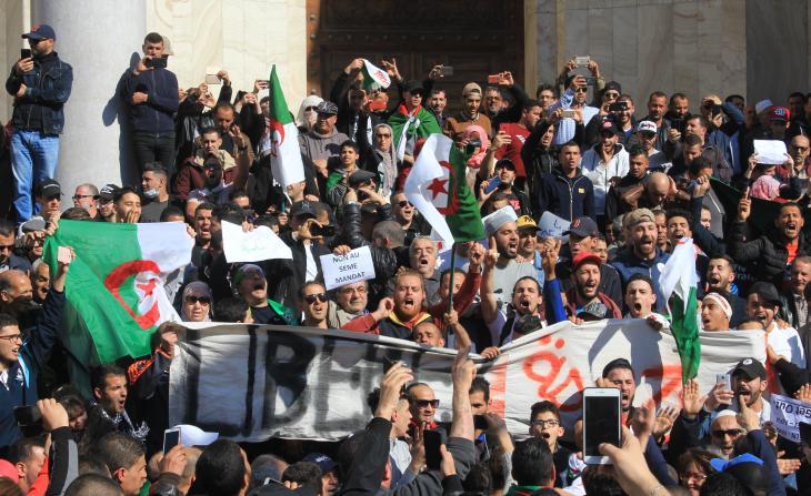 محتجون في الجزائر في مسيرة بالقرب من غراند بوست في مركز الجزائر العاصمة. . Foto: Sofian Philip Naceur