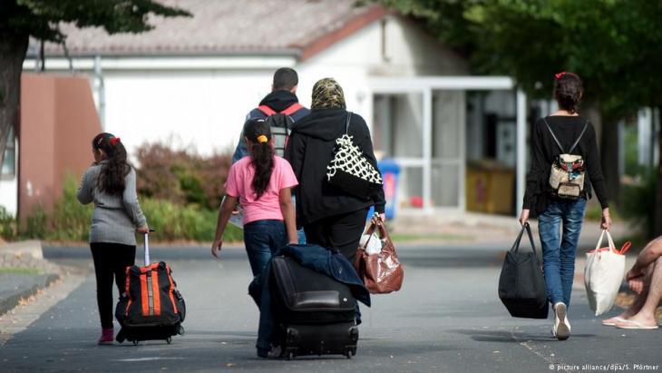 بلغ عدد طلبات طلب الحصول على مواعيد بمختلف التمثيليات الدبلوماسية الألمانية في الخارج لاستصدار تأشيرات في إطار لم شمل أسر اللاجئين 44.736 طلبا. السفارات الألمانية في الدول المجاورة لسوريا تلقت الجزء الأكبر من الطلبات.