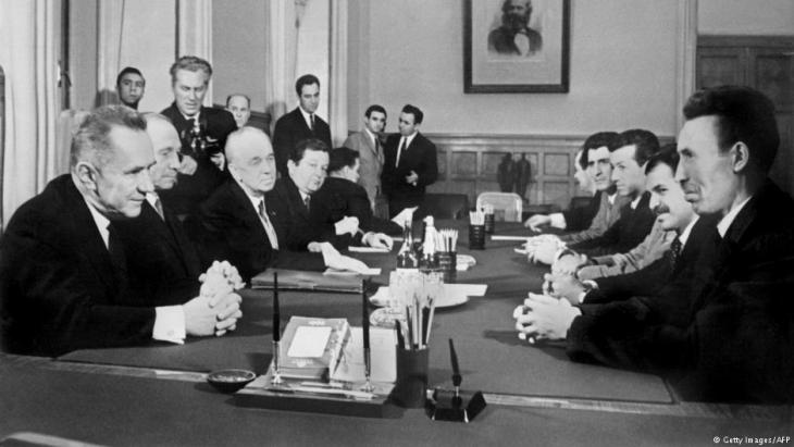 الهواري بومدين وقربه عبد العزيز بوتفليقة في لقاء بموسكو مع مسؤولين سوفيات عام 1965
