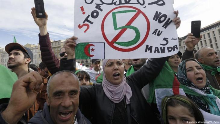 جزائريون يتظاهرون ضد ولاية بوتفليقة الخامسة. Foto: picture-alliance/AP