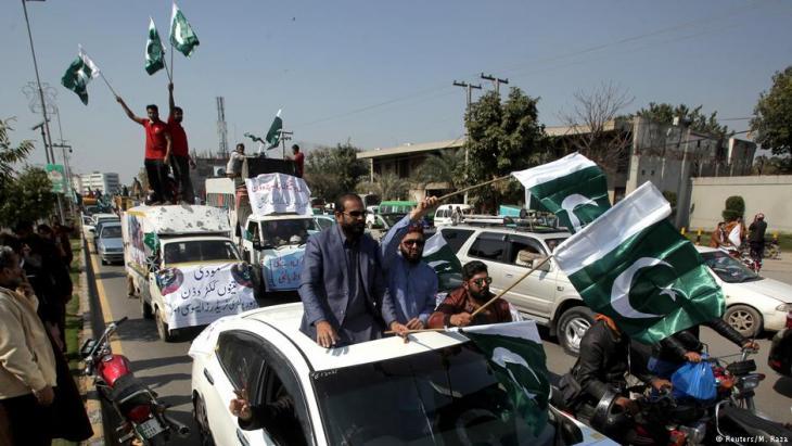 لاهور: باكستانيون يحتفلون بإسقاط مروحيتين هنديتين.