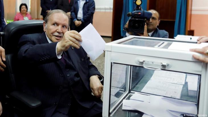 الرئيس عبد العزيز بوتفليقة يدلي بصوته للانتخابات البرلمانية لعام 2017. . Foto: (Reuters/Z. Bensemra)