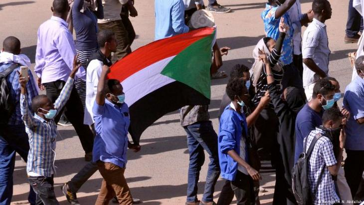 اعتقلت قوات الأمن السودانية 2019 عددا من المتظاهرين الذين خرجوا مجددا للمطالبة برحيل البشير، فيما أعلنت تنسيقية الحوار برئاسة البشير إطلاق كافة المعتقلين السياسيين والناشطين والصحفيين كأساس لتهيئة المناخ للحوار مع المعارضة.