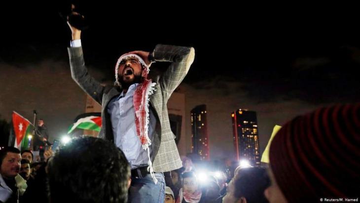بقي أداء اقتصاديات الدول العربية خلال عام 2018 بالمجمل مخيبا للآمال على وقع الاحتجاجات الشعبية وسوء أداء النظم السياسة والحروب التي ما تزال مستعرة تلقي بفواجعها ومآسيها على اليمن وسوريا وليبيا.