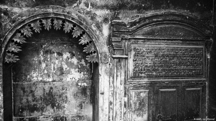 نقوش عبرية على مبنى يهودي في الموصل - العراق.  (photo: Eddy van Wessel)