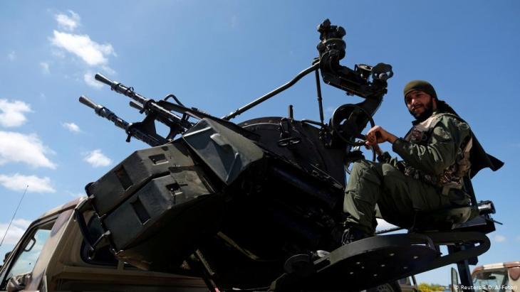 """أحد أفراد """"الجيش الوطني الليبي"""" بقيادة خليفة حفتر أثناء توجهه من بنغازي لتعزيز القوات التي تتقدم إلى طرابلس، 7 أبريل / نيسان 2019. (photo: Reuters/E.O. Al-Fetori)"""