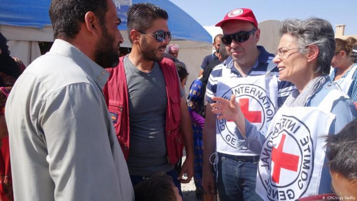 رئيسة بعثة اللجنة الدولية في سوريا ماريان غاسر تتحدث إلى النازحين في مخيم عين عيسى في محافظة الرقة. (photo: ICRC/Ingy Sedky)