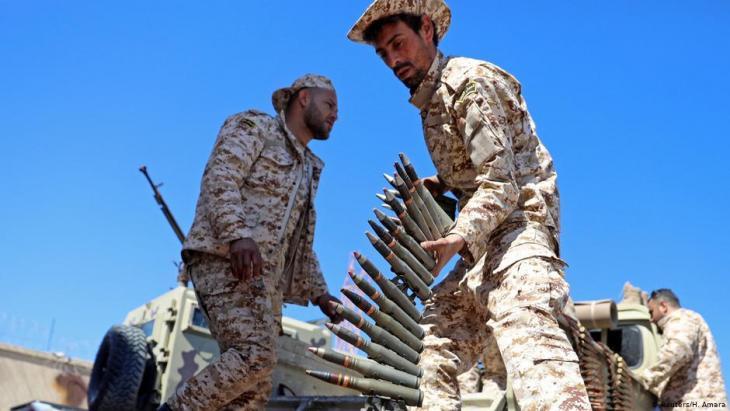 أفراد من قوات مصراتة، تحت حماية قوات طرابلس، يستعد  للذهاب إلى خط المواجهة في طرابلس، في 8 أبريل 2019.  (photo: Reuters/H. Amara)