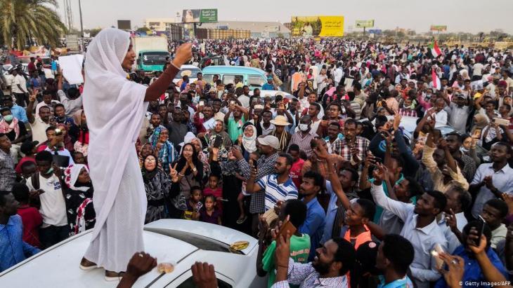 مئات الآلاف يحتفلون بسقوط نظام البشير بالزغاريد والدموع والأحضان