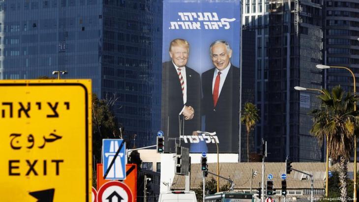 ملصق إعلاني ضمن حملة الانتخابات في تل أبيب فيه صورة لِـ رئيس الوزراء الإسرائيلي بنيامين نتنياهو والرئيس الأمريكي دونالد ترامب. Foto: Getty Images/AFP