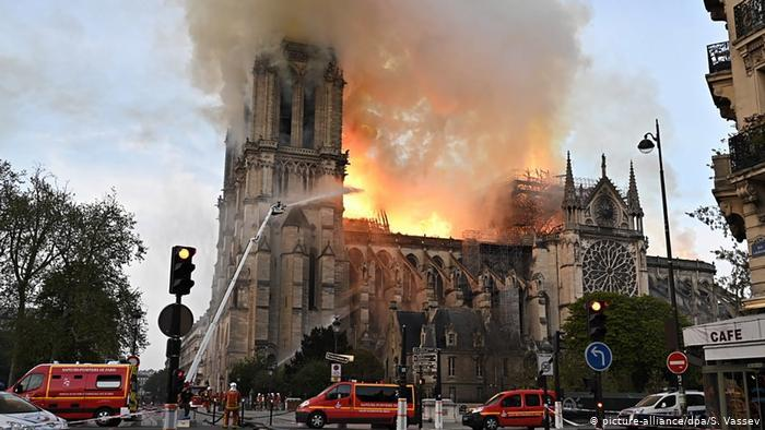 تضامن العالم والبلدان الإسلامية مع فرنسا إثر حريق كاتدرائية نوتردام الرهيب رمز المسيحية في باريس