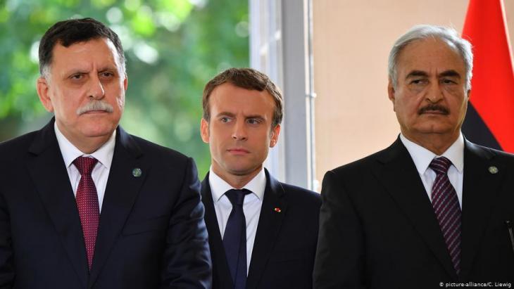 رئيس الوزراء المعترف به دولياً، فايز السراج (يسار الصورة)، والرئيس الفرنسي إيمانويل ماكرون، والجنرال خليفة حفتر في باريس، يوليو/ تموز عام 2017