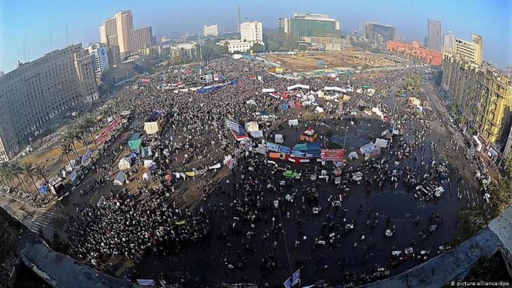 صورة من الأرشيف لميدان التحرير من عام 2012 خلال اعتصامات بعد إحياء الذكرى الأولى للثورة المصرية Foto: picture alliance/dpa.