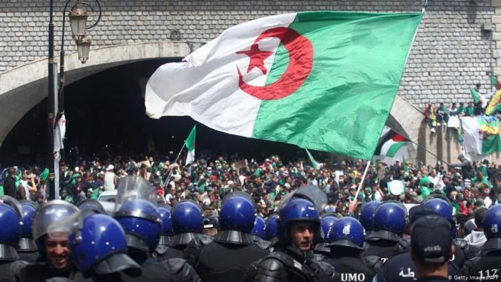 خرج الجزائريون إلى الشوارع من أجل الاحتجاج ضدَّ قيادة الدولة.  Foto: Getty Images/AFP
