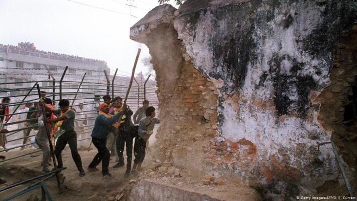 قام متطرِّفون هندوس في السادس من كانون الأوَّل/ديسمبر 1992 بتدمير مسجد بابري في أيوديا. Foto: Getty Images/AFP/D .E. Curran