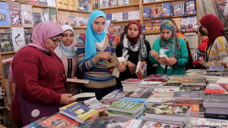 زائرات وزوار معرض الكتاب في القاهرة - مصر - عام 2015.  Foto. icture-alliance/dpa/K. Elfiqi