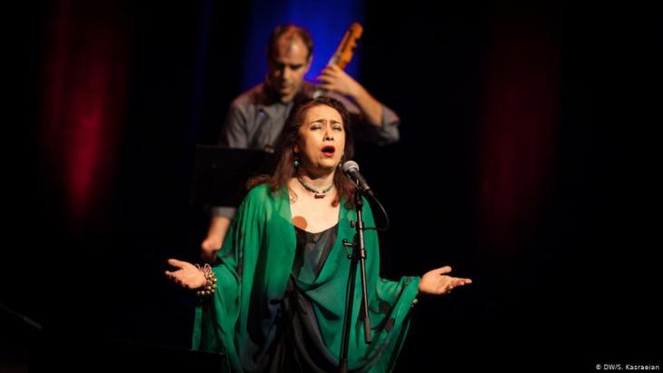 المغنية الإيرانية مامك خادم تغني عام 2013 على مسرح قاعة الفيلهارمونيا في مدينة كولونيا الألمانية.   Foto: DW/Shirin Kasraeian