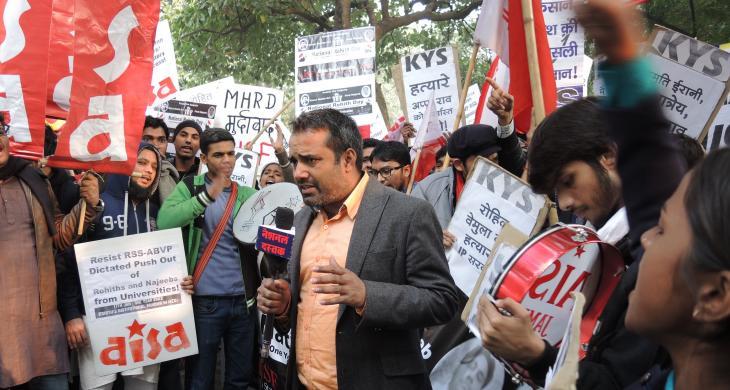 الطلاب في نيودلهي في الهند يحتجون على محاولات إسكات الجامعات الناقدة ومعاقبة الطلاب الصريحين.  (photo: Dominik Muller)