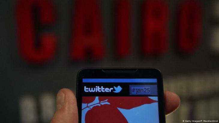 صورة رمزية - استخدام وسائل التواصل الاجتماعي في البلدان العربية - على سبيل المثال في مصر.  Foto: Getty Images