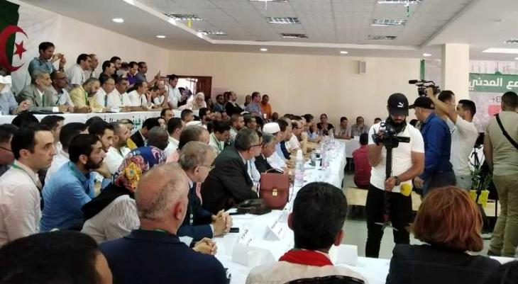تشكيل مستقبل جزائري ديمقراطي مأمول عبر خارطة طريق مناسبة، هو هدف مؤتمر وطني أقامته بتاريخ 15 / 06 / 2019 في الجزائر منظمات المجتمع المدني الجزائرية.  (photo: Nourredine Bessadi)