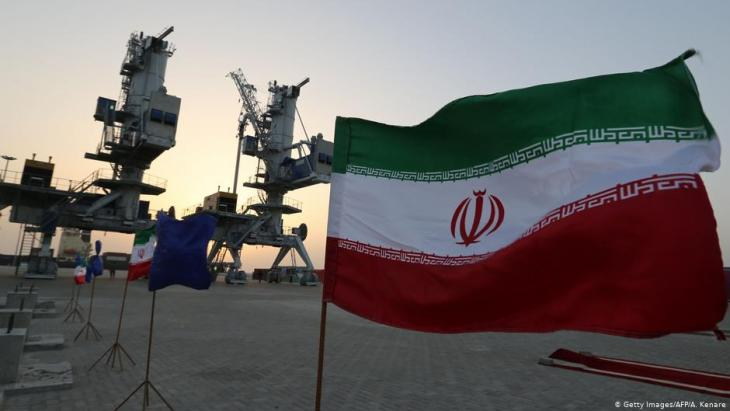 أعلام إيرانية مرفرفة خلال حفل افتتاح معدات وبنية تحتية جديدة في 25 شباط / فبراير 2019 في ميناء ساحلي جنوب شرق إيران، على خليج عمان.  (photo: Getty Images/AFP/A. Kenare)