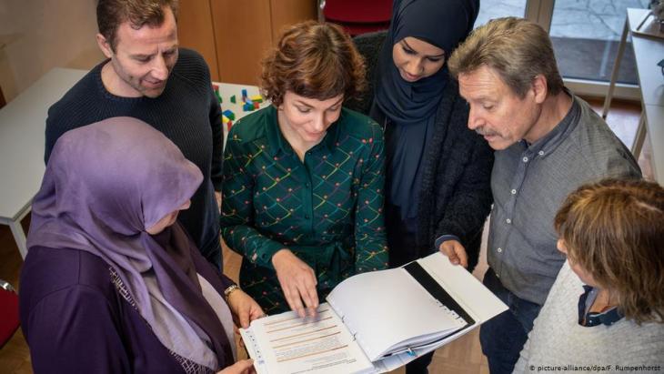 الأرقام والتوجهات المتنامية الرافضة للاجئين ترخي بظلالها على حياة هؤلاء في مجتمعهم الثاني في ألمانيا
